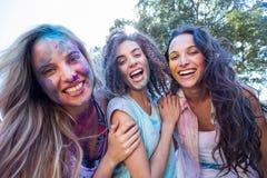 Amis heureux couverts en peinture de poudre Photo libre de droits