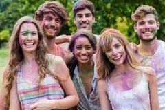 Amis heureux couverts en peinture de poudre Photos stock