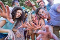 Amis heureux couverts en peinture de poudre Photos libres de droits