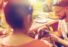 Amis heureux dînant à la réception en plein air d'été Photo libre de droits