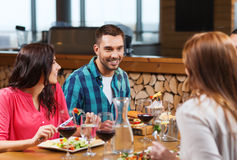Amis heureux dînant au restaurant Photos stock