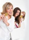 Amis heureux d'achats avec des cartes de crédit Image stock
