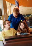 Amis heureux d'adolescents en café Photo stock