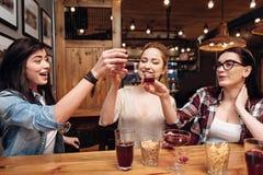 Amis heureux d'enfance buvant l'alcool Photo libre de droits