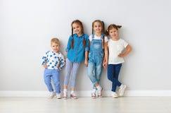 Amis heureux d'enfants autour des murs vides image stock