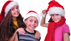 Amis heureux d'enfants avec des chapeaux de rouge de Santa Claus Photographie stock