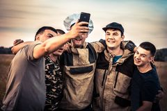 Amis heureux d'hommes faisant à concept de photographie de selfie de groupe le mode de vie masculin fort d'amitié photographie stock
