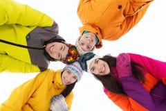 Amis heureux dans des lunettes de ski dehors Images libres de droits