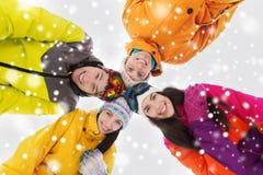 Amis heureux dans des lunettes de ski dehors Photographie stock