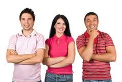 Amis heureux dans des T-shirts roses Photos stock
