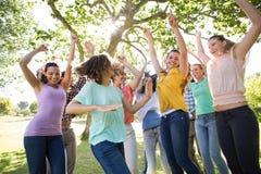 Amis heureux dans encourager de parc Image libre de droits