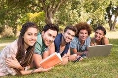 Amis heureux dans l'étude de parc Image libre de droits