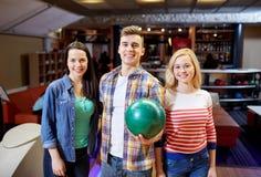 Amis heureux dans le club de bowling Photographie stock