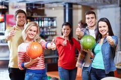 Amis heureux dans le club de bowling Images stock