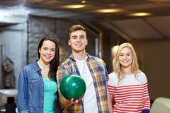 Amis heureux dans le club de bowling Image libre de droits