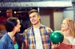 Amis heureux dans le club de bowling Image stock
