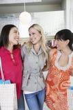 Amis heureux dans le magasin d'habillement Photographie stock libre de droits
