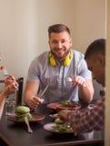 Amis heureux dans le restaurant de vegan Image stock