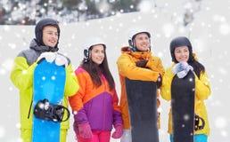 Amis heureux dans les casques avec des surfs des neiges Photo libre de droits