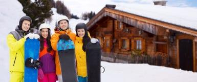 Amis heureux dans les casques avec des surfs des neiges dehors Photographie stock libre de droits