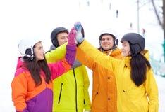 Amis heureux dans les casques faisant la haute cinq Photos libres de droits