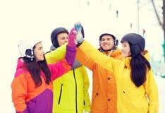 Amis heureux dans les casques faisant la haute cinq Images libres de droits