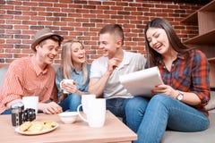 Amis heureux dans un café Images libres de droits