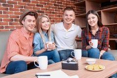 Amis heureux dans un café Photo stock