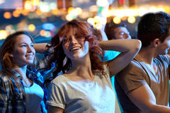 Amis heureux dansant à la boîte de nuit Image stock