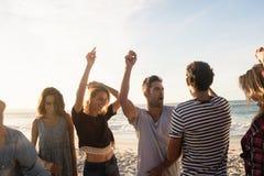 Amis heureux dansant ensemble Image stock