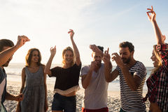 Amis heureux dansant ensemble Photographie stock libre de droits