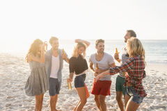 Amis heureux dansant ensemble Photo libre de droits
