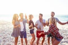 Amis heureux dansant ensemble Photos stock