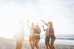 Amis heureux dansant ensemble Photos libres de droits