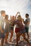 Amis heureux dansant ensemble Images libres de droits