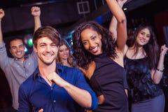 Amis heureux dansant ensemble Image libre de droits