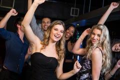 Amis heureux dansant ensemble Photo stock