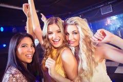 Amis heureux dansant ensemble Images stock