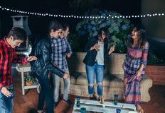 Amis heureux dansant et ayant l'amusement en partie Photographie stock