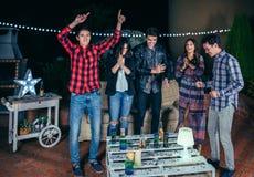 Amis heureux dansant et ayant l'amusement en partie Images libres de droits