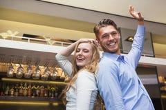 Amis heureux dansant et souriant Images stock