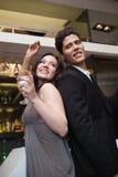 Amis heureux dansant et souriant Photographie stock libre de droits
