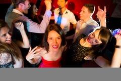 Amis heureux dansant et souriant Image libre de droits