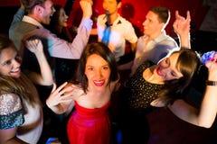 Amis heureux dansant et souriant Photographie stock