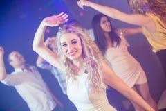 Amis heureux dansant gaiement Images stock