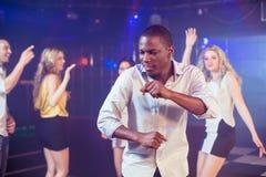 Amis heureux dansant gaiement Photos libres de droits