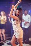 Amis heureux dansant gaiement Photos stock