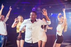 Amis heureux dansant gaiement Photo libre de droits