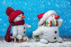 Amis heureux de bonhomme de neige Photographie stock