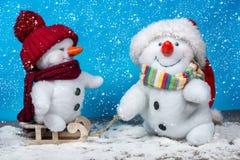 Amis heureux de bonhomme de neige Photos libres de droits